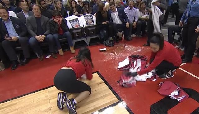 盤點NBA球館近年來5大奇葩事件:球館漏水成河,球迷酒灑球場!