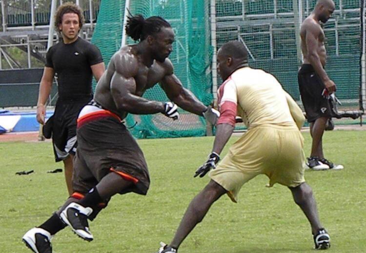 NBA球星肌肉和橄欖球運動員肌肉誰更壯?對比過後,差距很明顯!