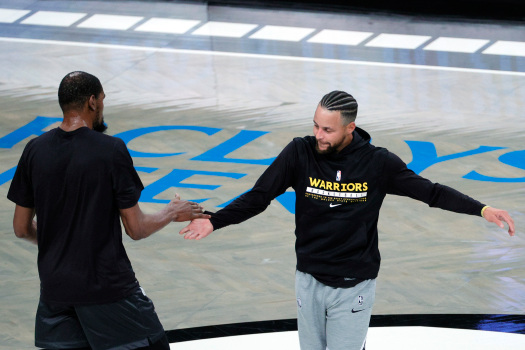 【影片】久別重逢!柯杜兩人賽前擁抱致意,杜蘭特好奇地摸了摸Curry新髮型!