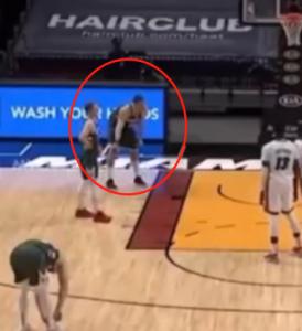 【影片】嗯???大Lopez在等待罰球時,詭異的摔倒了…