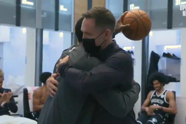 【影片】賽後厄文單手舉球慷慨演講,還把球送Nash!全隊洗耳恭聽,杜蘭特在角落玩手機!