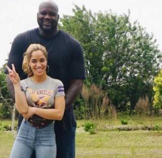 五圖帶你領會歐尼爾的恐怖天賦!手掌都比女友的腰寬大,粗壯體型卻有纖細的小腿!-黑特籃球-NBA新聞影音圖片分享社區