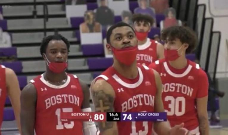 【影片】令人窒息!球員必須戴著口罩打球?美大學籃球比賽首度有此操作,但半場比賽後就…
