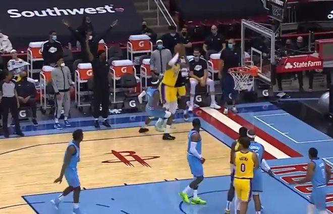 【影片】侮辱性極強!詹姆斯底角空位三分出手後,立刻轉身跟板凳席慶祝!-籃球圈