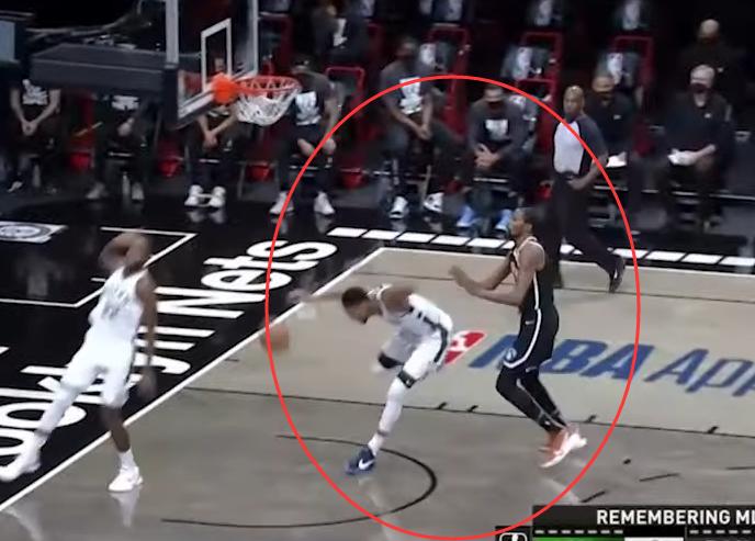 【影片】針鋒相對!字母哥被杜蘭特「偷襲」一把推翻,無奈前者罰球不中…-籃球圈