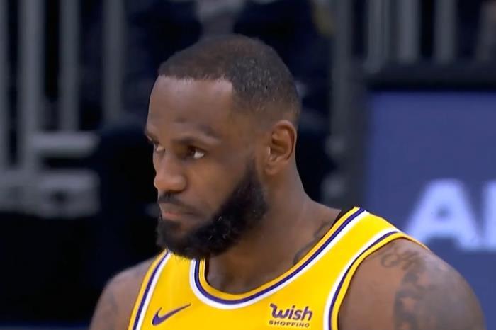 打臉隨即而來!第一詹黑:詹皇第四節表現就是災難,不知他怎麼好意思爭MVP!-籃球圈