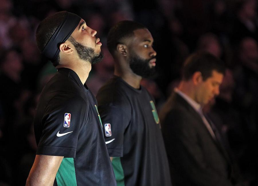 【影片】球員升旗儀式集體下跪表示抗議,為何熱火Leonard不下跪呢?真相原來如此!-籃球圈