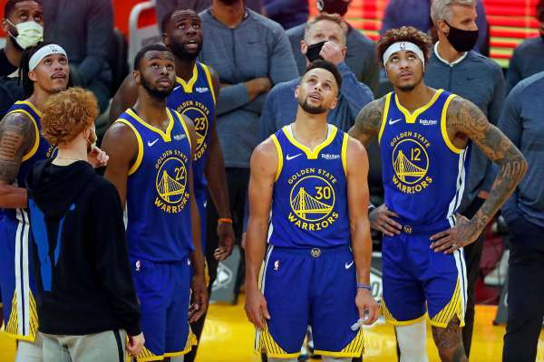 關鍵時刻勇士不得分,好兄弟Curry被瘋狂包夾!鏡頭第一時間給到湯普森,他的表情透露著無奈…-黑特籃球-NBA新聞影音圖片分享社區