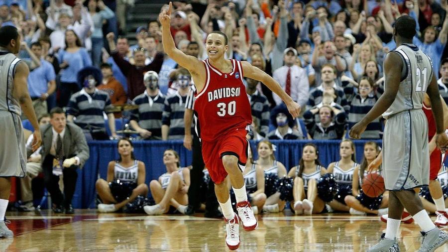 【影片】詹姆斯08年看20歲的Curry打NCAA:這小子有天賦,打NBA小菜一碟!