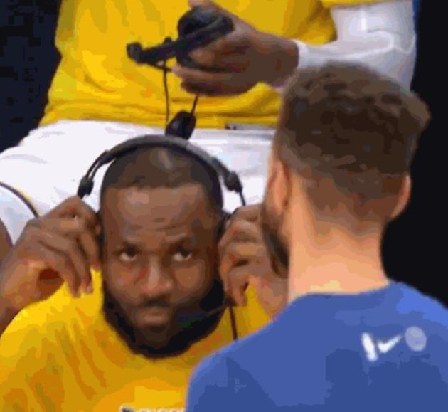 【影片】場上硬碰硬,場下好兄弟!詹姆斯賽后採訪中途停下與柯瑞擁抱致意-黑特籃球-NBA新聞影音圖片分享社區