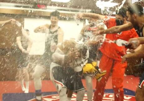 【影片】瘋狂大三元!詹姆斯送來祝賀,隊友們朝威少澆水,威少妻子:看得我都有點口渴了!-籃球圈