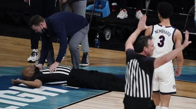 【影片】驚出一身冷汗!NCAA比賽中裁判突然倒地不省人事,萬幸之後清醒被送出場!-籃球圈