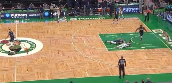 【影片】鵜鶘還剩0.3秒,聰明哥拿到球,卻直接大力出奇跡把球扔出底線,主帥場邊無語…-籃球圈