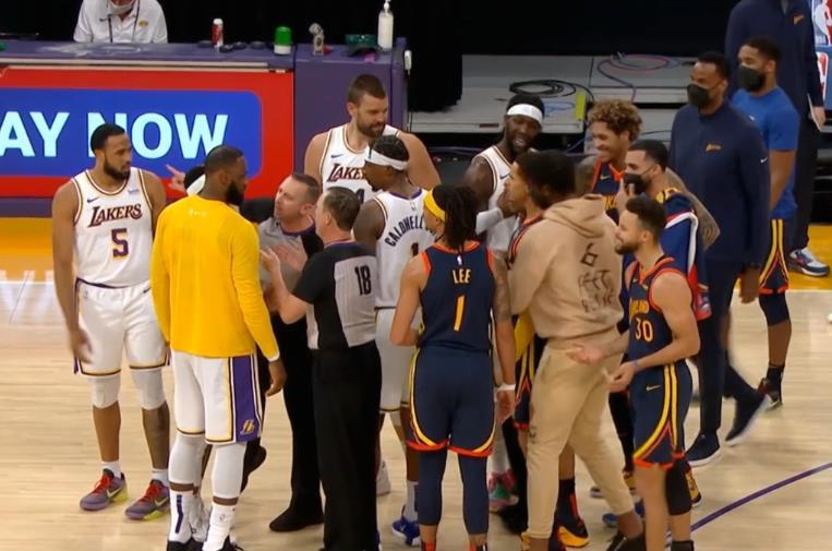 【影片】Curry投籃騙起Schroder惹怒湖人,兩人發生激烈爭執,Curry有肘部動作引熱議!-黑特籃球-NBA新聞影音圖片分享社區