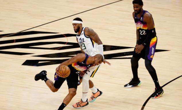 【影片】這廣告太強了!保羅在場邊飲用《空中大灌籃2》中的「神秘藥水」,末節+延長賽狂轟16分…-黑特籃球-NBA新聞影音圖片分享社區