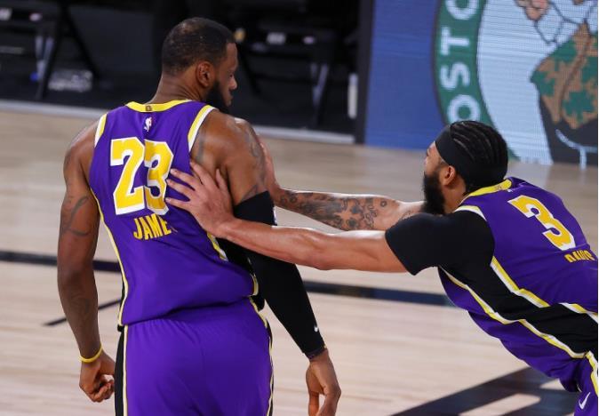 一眉哥支持包裝工隊,卻遭遇3-38慘敗,詹姆斯:有人能幫忙查看一眉哥嗎?-黑特籃球-NBA新聞影音圖片分享社區